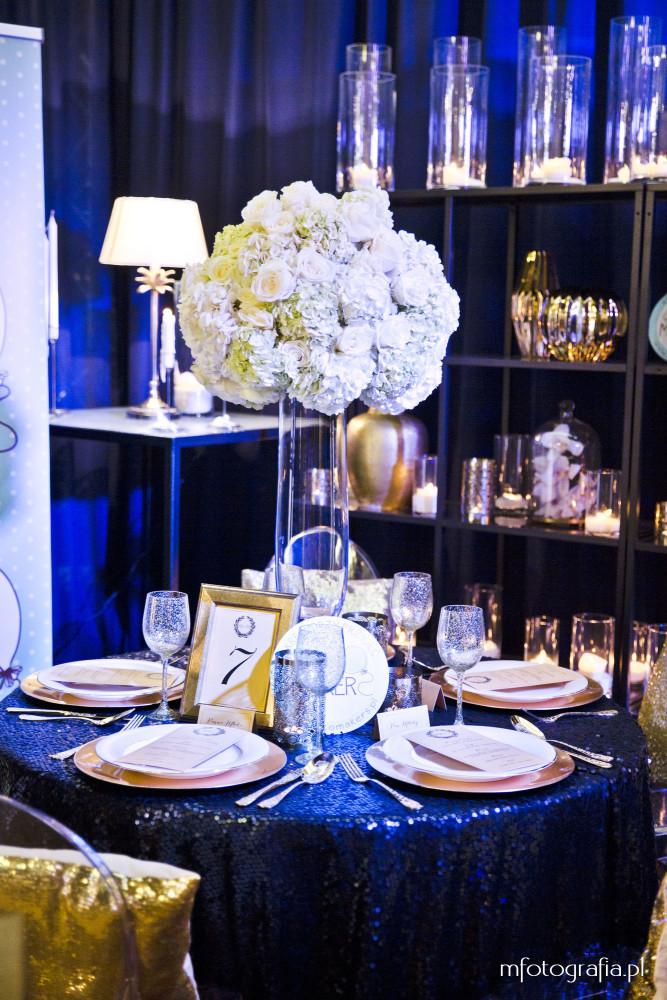zdjęcie ślubnego granatowego naktycia stołu