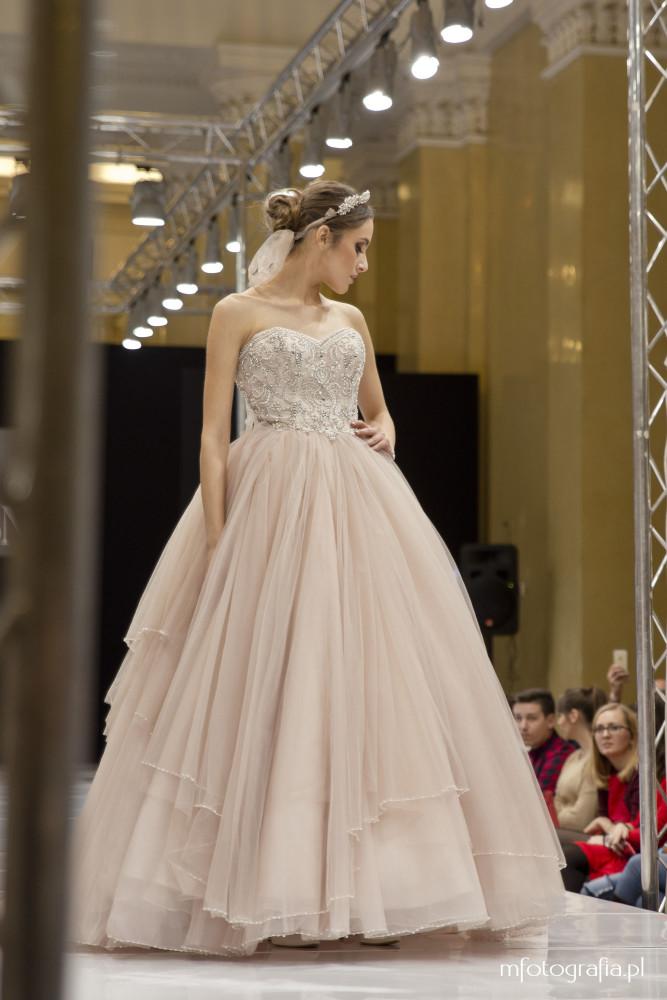 zdjęcie sukni ślubnej z koroną