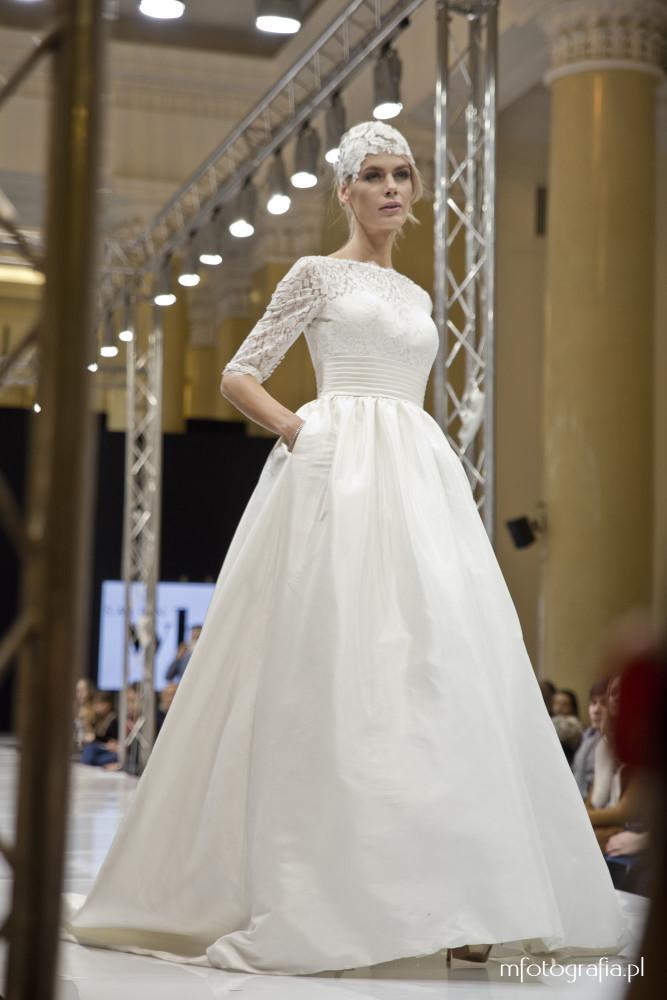 zdjęcie zakrytej sukni ślubnej