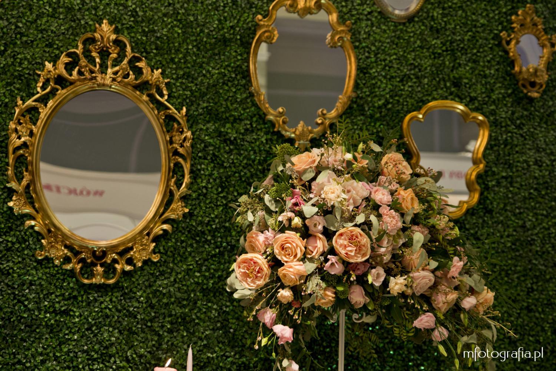 zdjęcie ślubnego bukietu róż i zieleń