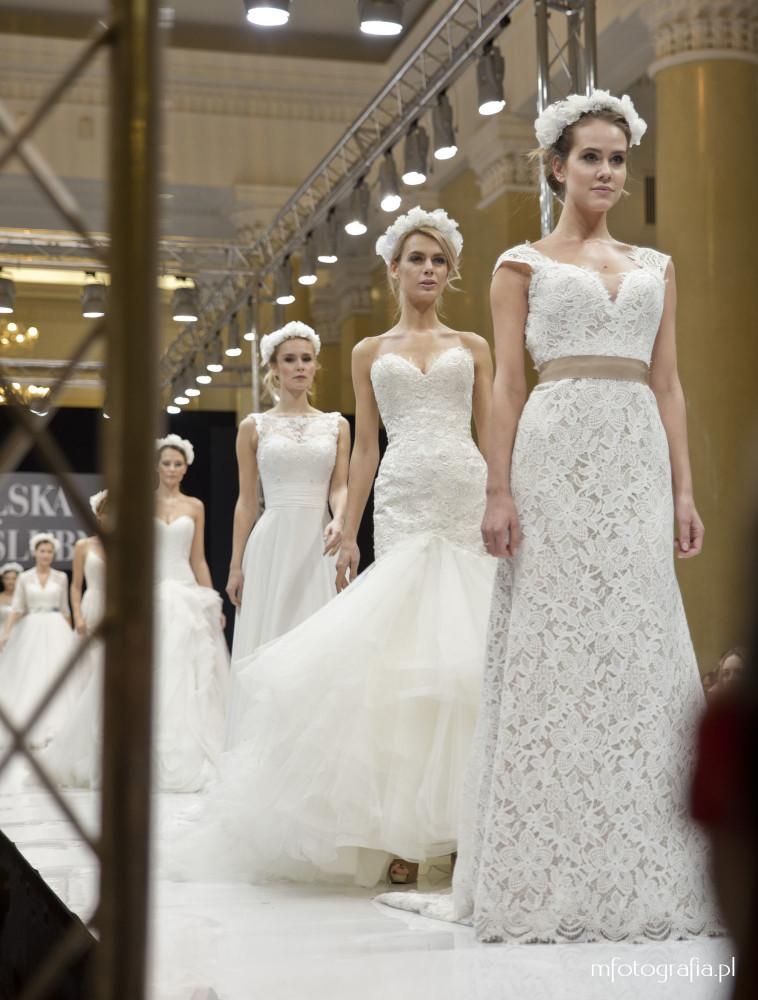 zdjęcie sukni ślubnej z wiankiem