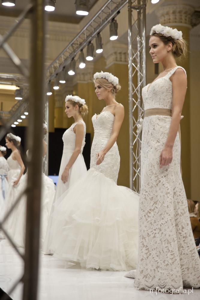 zdjęcia sukni ślubnej z białym wiankiem