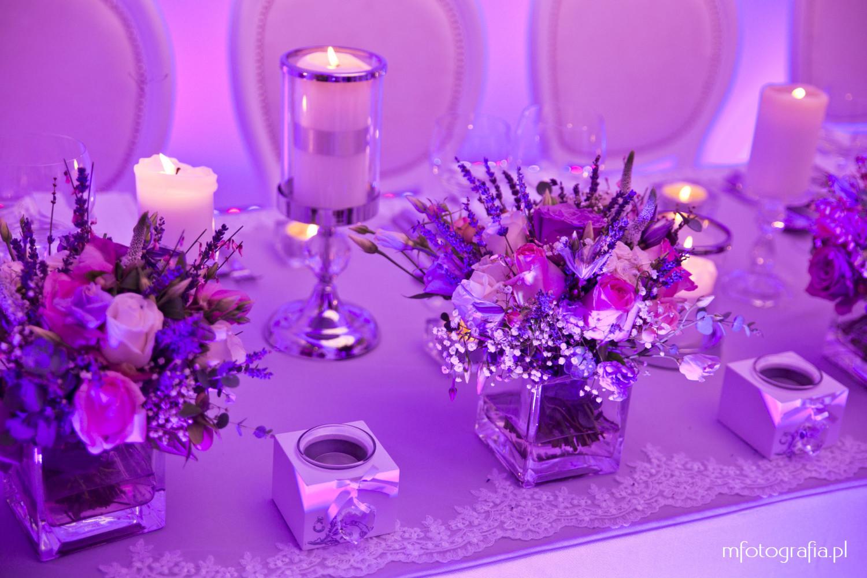 fotografia rużowej ślubnej dekoracji stołu
