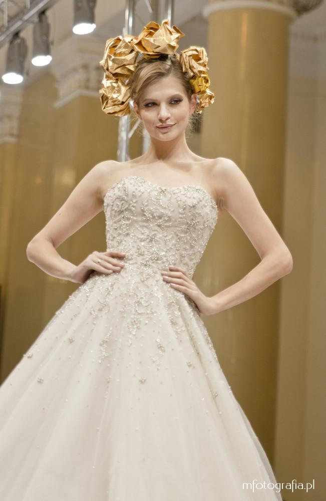 fotografia bogato zdobionej ślubnej sukni
