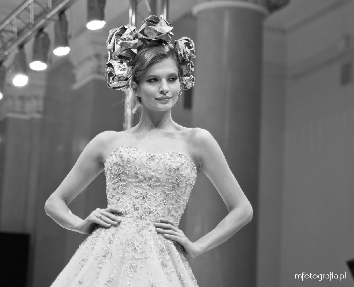 fotografia zdobionej ślubnej sukni