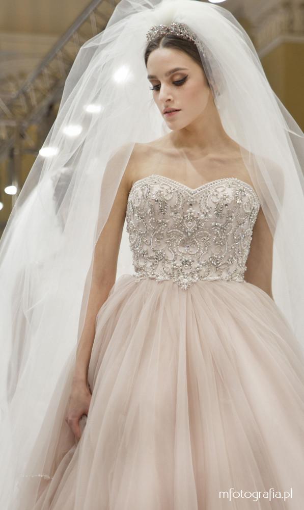 fotografia ślubnej sukni z welonem