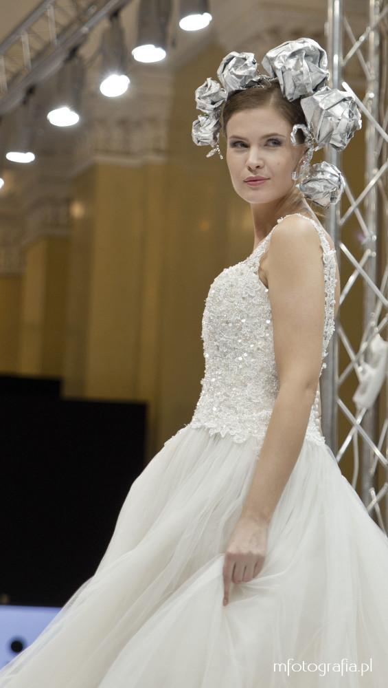 fotografia ślubnej sukni z tiulem