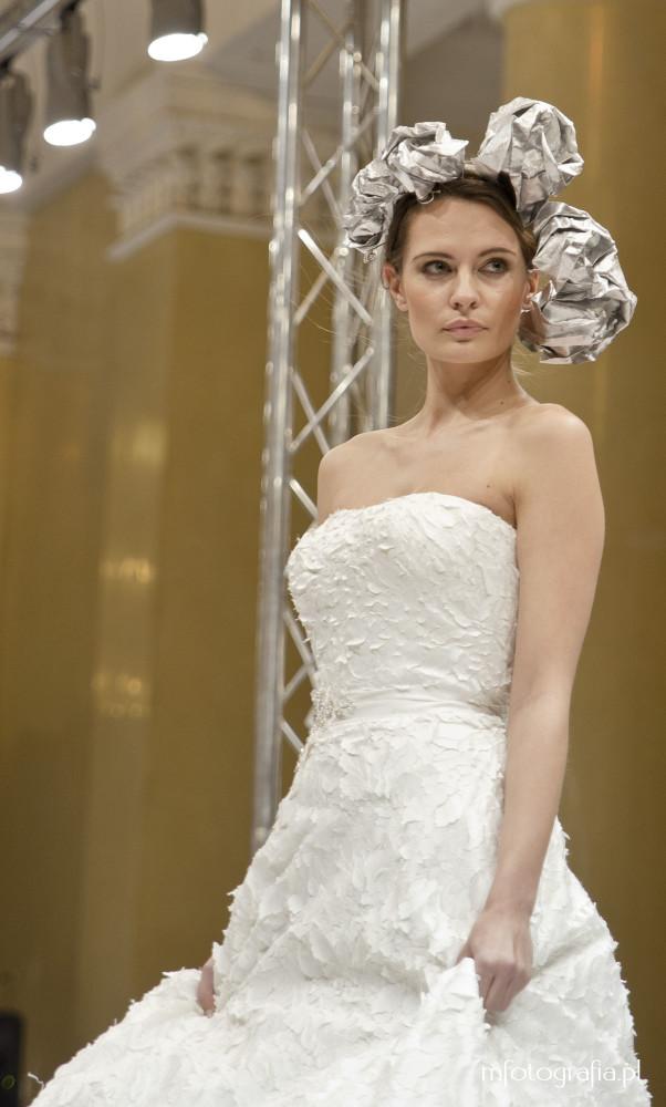 fotografia ślubnej sukni z gorsetem