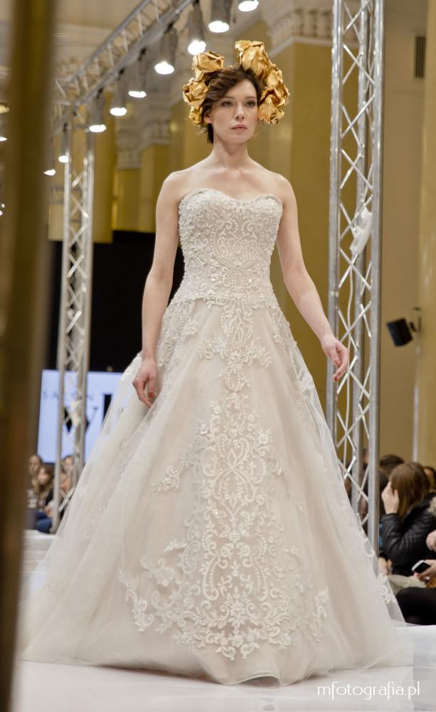 fotografia ślubnej sukni z ornamentem