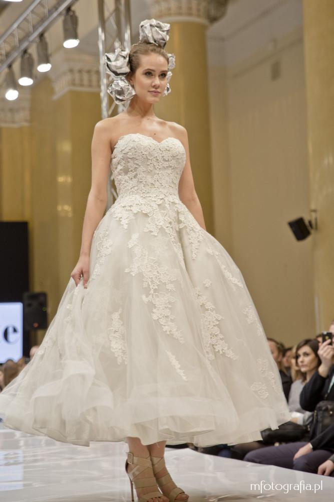 fotografia krutkiej ślubnej sukni