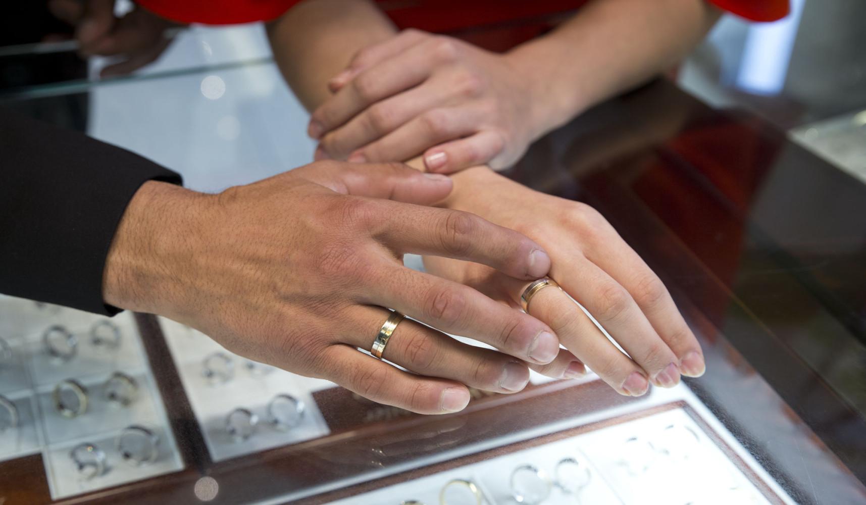 obrączki na dłoniach