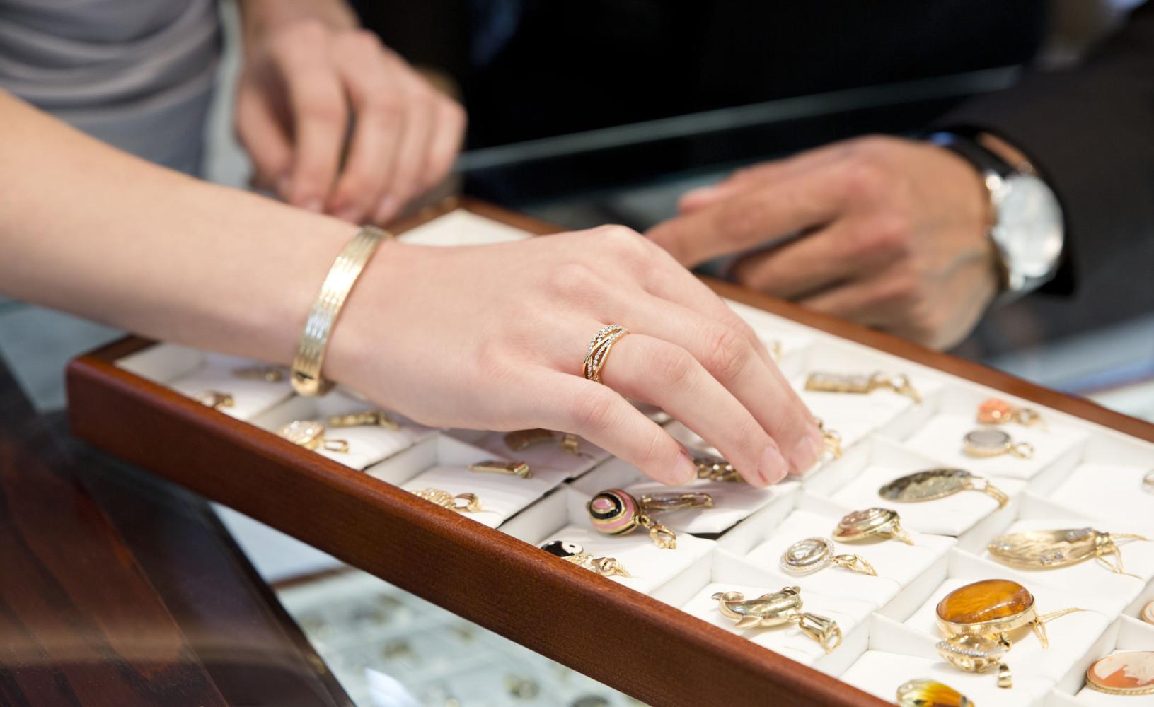 kobieta wybiera biżuterię