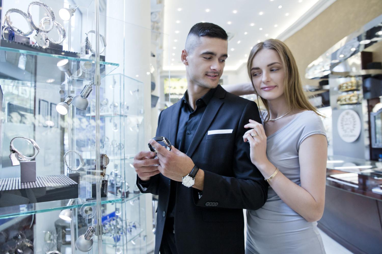 elegancka para z zegarkami