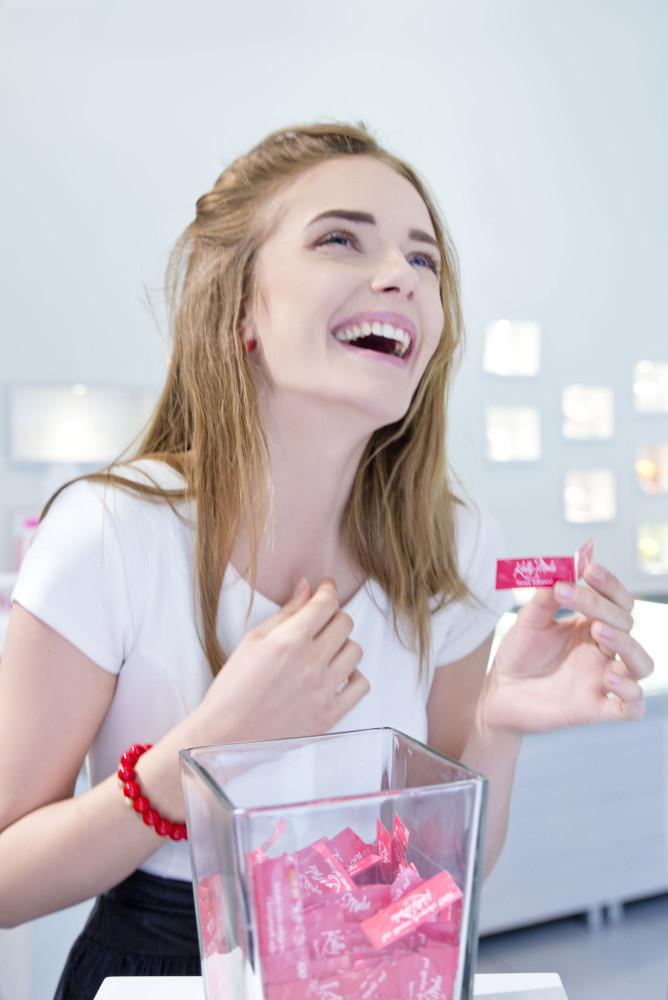 uśmiechnieta nastolatka z czerwoną branzoletką