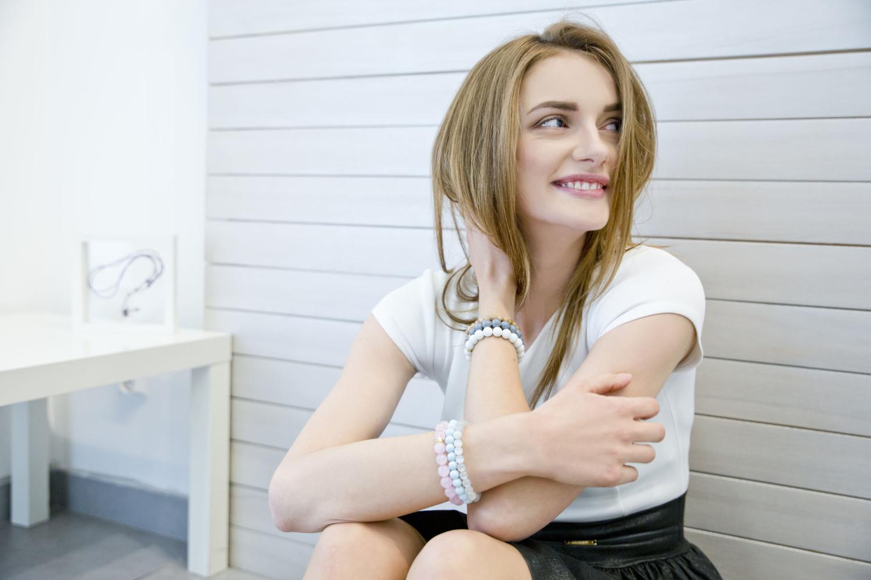 nastolatka z biżuterią z kamieni naturalnych