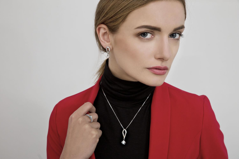 kobieta w biżuteri