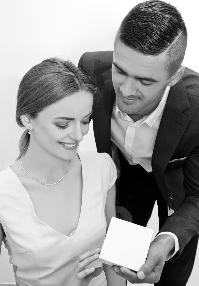 czarnobiałe zdjęcie pary z biżuterią
