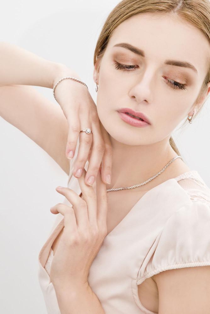 zdjęcie kobiety z biżuterią