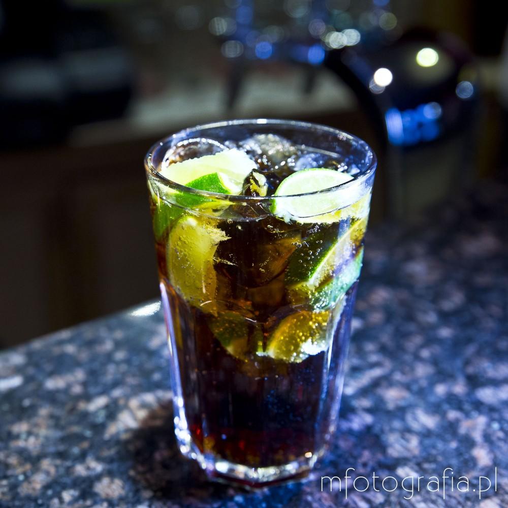 zdjęcie drinku cuba libre limonka