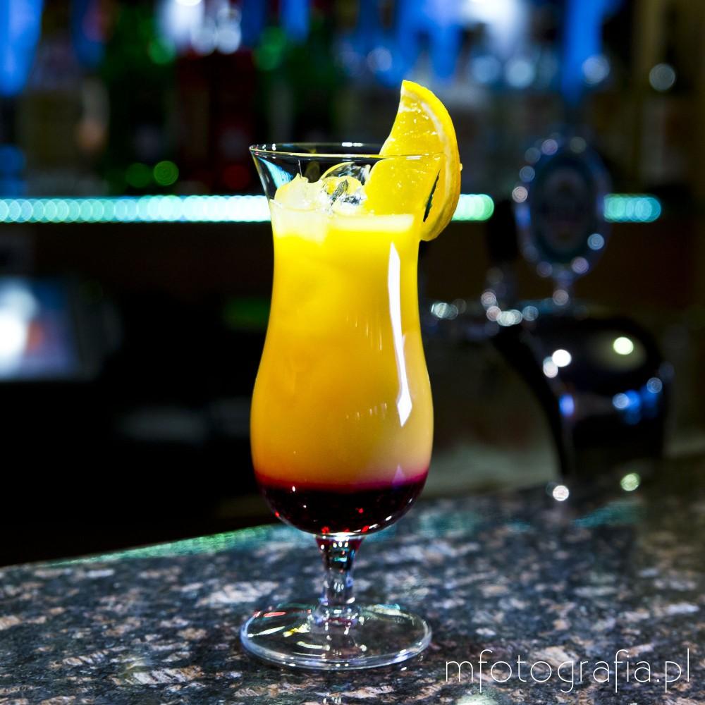 zdjęcie drinku tequila sunrise z cytryną
