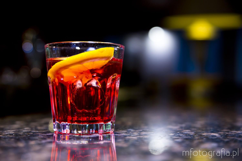 zdjęcie drinku czerwonego z cytryną