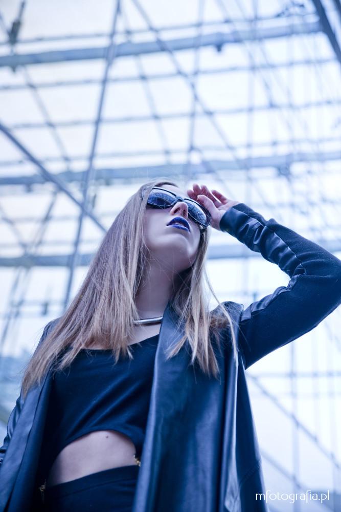 zdjęcie dziewczyny w okularach na tle szkła