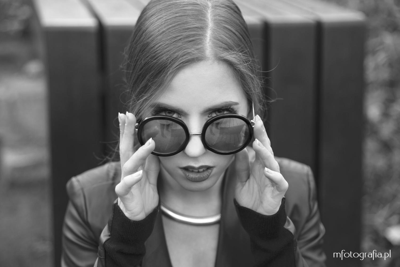zdjęcie kobiety w okularach