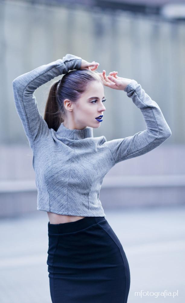 elegancka kobieta z niebieskimi ustami