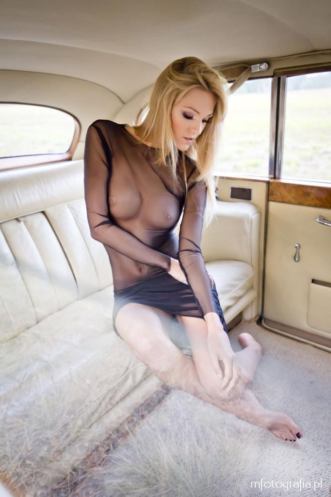 zdjęcie blondynki z krągłymi piersiami